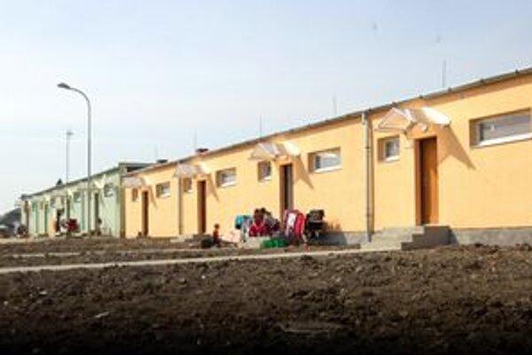 Nové domčeky. Sú síce s nižším štandardom, ale v porovnaní so zvyškom obydlí v osade núkajú podstatne vyšší komfort.