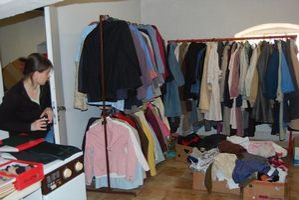 Sociálny šatník. Ľudia v núdzi si tu môžu vybrať oblečenie.