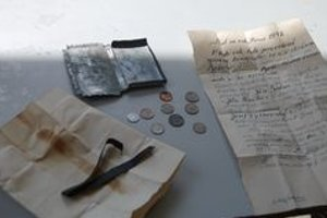 Kovová škatuľka. V nej našli mince a list z minulého storočia.