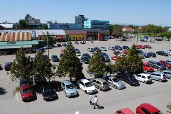 Lukratívne parkovisko v centre Michaloviec bude na predaj.