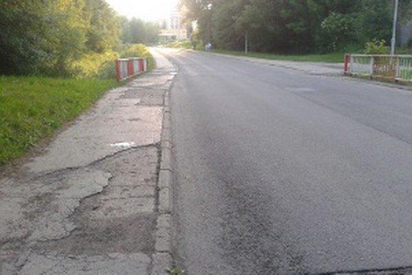Chodníky na Morovnianskej ceste sú zničené.