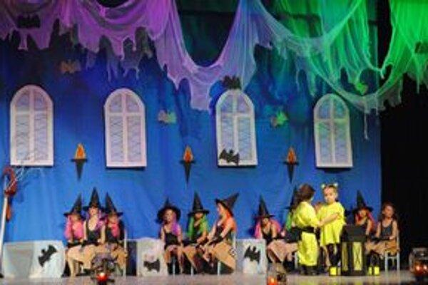Malí čarodejníci. V programe vystúpilo 150 detí.