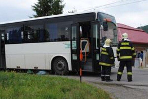 Dôchodkyňa zahynula pod kolesami autobusu krátko po tom, ako z neho vystúpila.