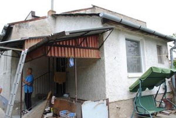 Po zásahu bleskom horela strešná konštrukcia.