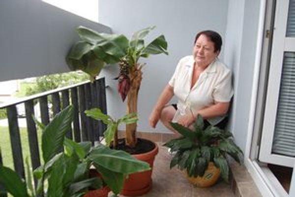 Hrdá pestovateľka sa z prvých plodov banánovníka sa veľmi teší.