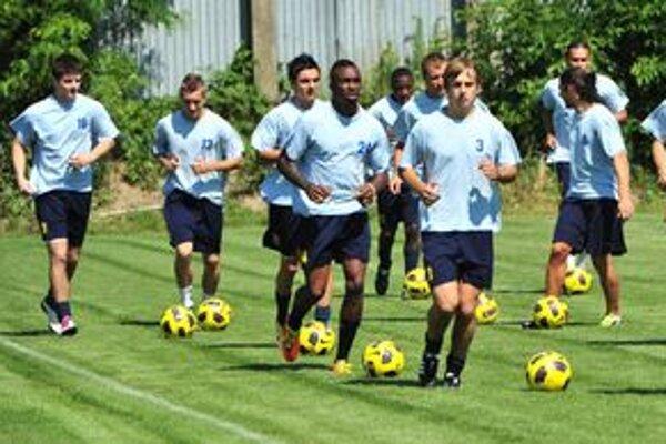 Úvodný tréning michalovských futbalistov v letnej príprave. Hráči MFK Zemplín ho absolvovali na novučičkom tréningovom ihrisku.
