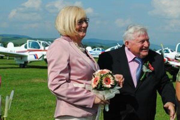 Novomanželia. Do Moravy Pavel a Norika nastúpili ako snúbenci a po pristátí z nej vystúpili už ako manželia...