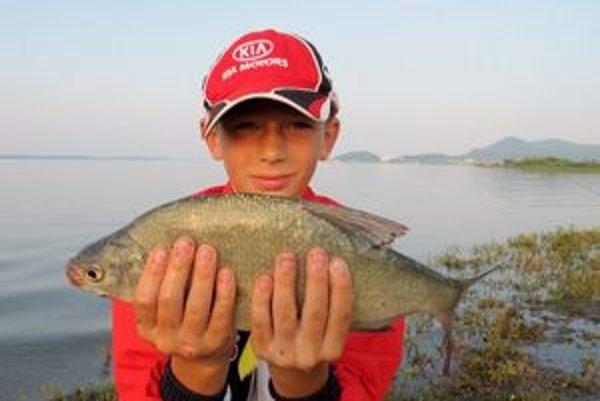 Malí rybári. Deväťročný Peter Angi ulovil pleskáče, plotice a malého amura.