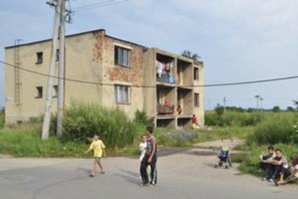 Bez vody a elektriny. Takmer 37 Rómov žije v bytovke bez vody a elektriny.