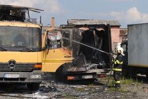 Nákladné autá. Štyri vozidlá zhoreli do tla.