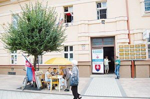 Petičná akcia prebieha pod oknami Okresnej rady SNS. Podpisy zbierajú maloleté deti.