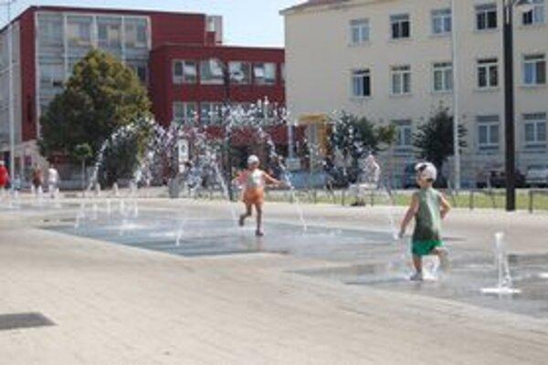 Osviežujúca michalovská fontána. Takto bojujú s horúčavami deti.