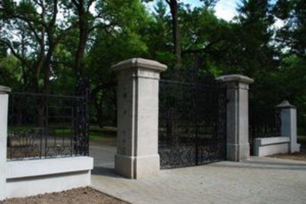 V pôvodnej kráse. Dnes vstup zdobí vynovená brána, opravili aj stĺpy a okolitý chodník.