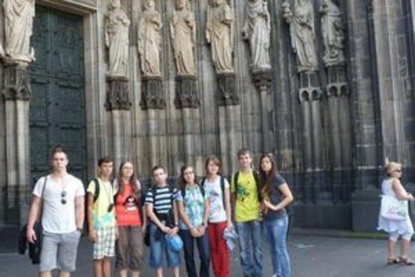 Osmička študentov zo Sobraniec. Obzreli si aj kolínsku katedrálu.