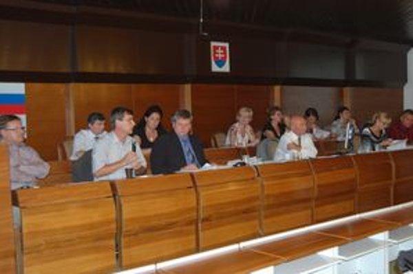 Primátora Milovčíka (v strede) súdna prehra mesta zaskočila.