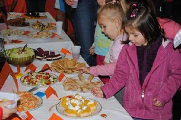 Ochutnávka. Zdravé šaláty, nátierky a koláčiky ochutnávali deti spolu s rodičmi.