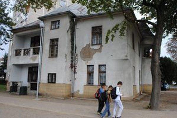 Umelecká škola. Pamiatkový úrad SR vyhlásil nedávno budovu za národnú kultúrnu pamiatku.