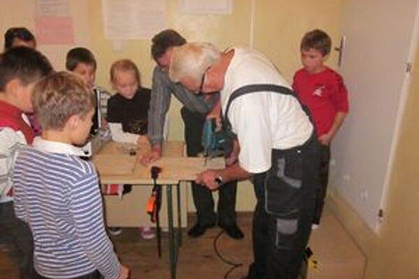 Deti pozorovali svojich starkých pri práci. Priučili sa remeslu.