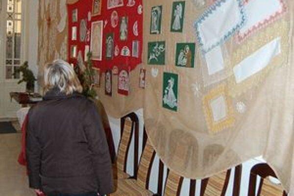 Vianočná výstava. Návštevníci sa môžu inšpirovať vystavenými ručnými prácami.