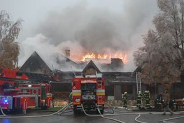 Požiar penziónu na Šírave. Plamene zachvátili celú strechu.