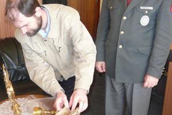 Gréckokatolícky farár Ján Lemeš (vľavo) a veriaci sú radi, že polícia predmety rýchle našla.
