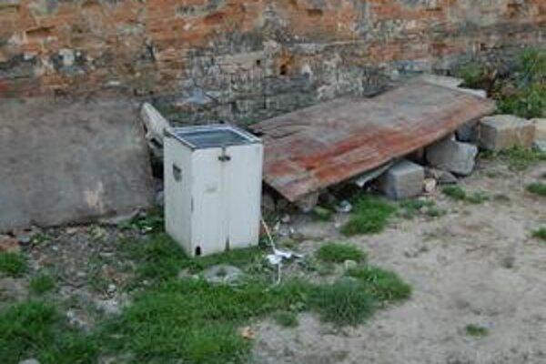 Emilka zabil elektrický prúd zo starej práčky, ktorá bola na dvore.
