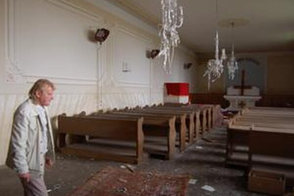 Vandali spálili v kostole bohoslužobné rúcha, kríž a porozbíjali lustre, ukazuje kostolník Miroslav Ferenc.