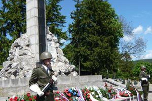 Pomník. Hrdinovia Červenej armády majú v Humennom na vojenskom cintoríne pomník už od roku 1945. Bol zhotovený podľa projektu kpt. Kňazeva.