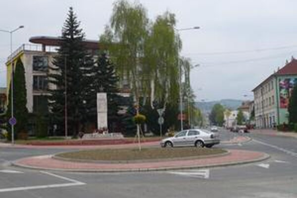 Už okružná. Križovatka v centre Medzilaboriec by mala zvýšiť bezpečnosť chodcov a vodičov.