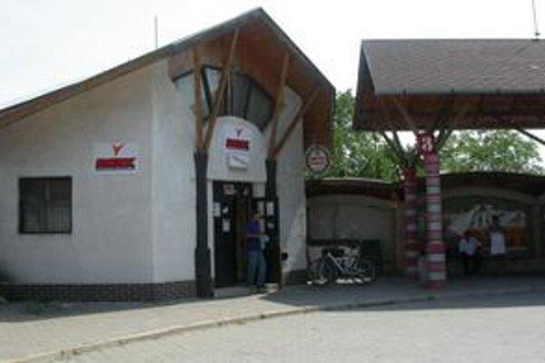 Stávková kancelária. Nachádza sa na autobusovej stanici. Traja páchatelia si odniesli 500 eur.