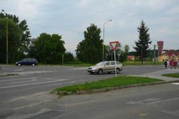 Nebezpečná križovatka. Cez letnú sezónu po nej prejdú denne tisícky áut. V júli a auguste je tu najviac nehôd.