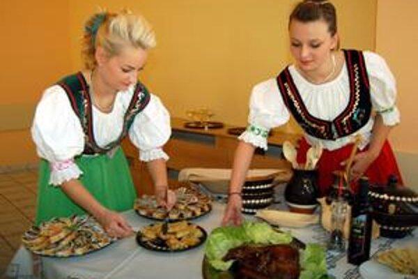 K stolu so zemplínskymi špecialitami nelákali len jedlá, ale aj Martina a Radka v tradičnom oblečení.