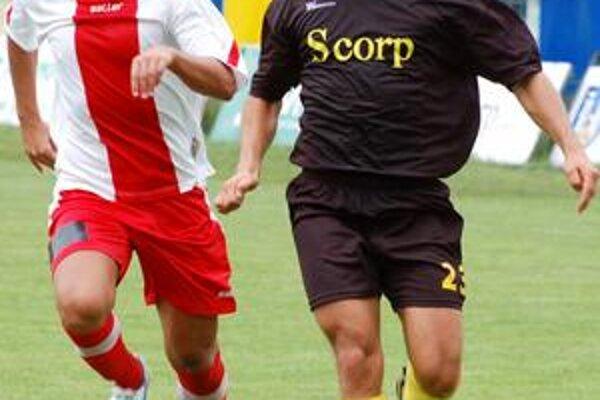 Strelec. O vyrovnávajúci gól Michaloviec sa postaral útočník J. Gašpar (s loptou).