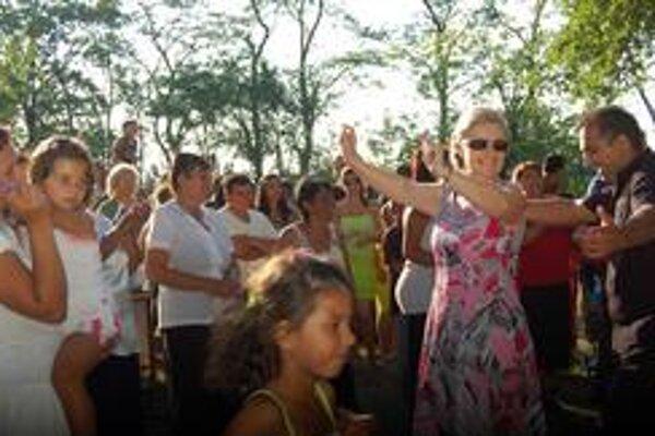 Neplánovane sa zlatým klincom programu stalo pásmo rodičov detí, pri ktorom do tanca zapojili aj publikum a starostku.