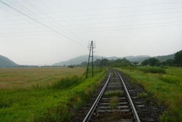 Železničná trať od Bánoviec nad Ondavou v smere do horného Zemplína nie je elektrifikovaná. Mesto Humenné sa dlhodobo snaží o zmenu, jeho aktivity sú zatiaľ neúspešné.