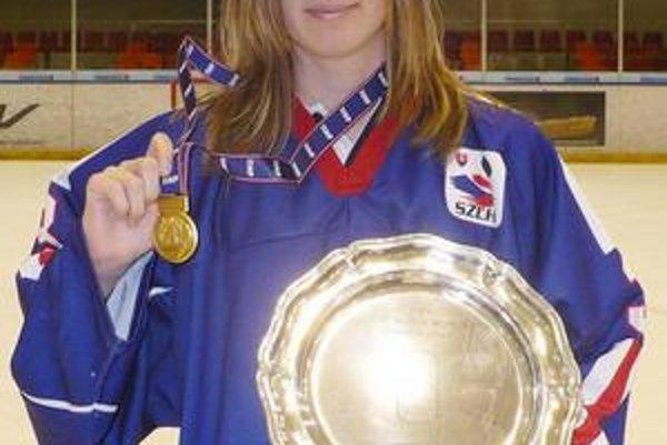 """Nicol Čupková s """"tanierom"""" po víťazných MS I. divízie 2009 v Grazi (postup do elitnej kategórie MS)."""
