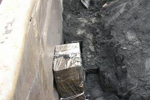 Rafinovane uložené. Pašeráci sú kreatívni - balíky skryjú pod uhlie alebo rudu a dúfajú, že skener ich možno neodhalí...