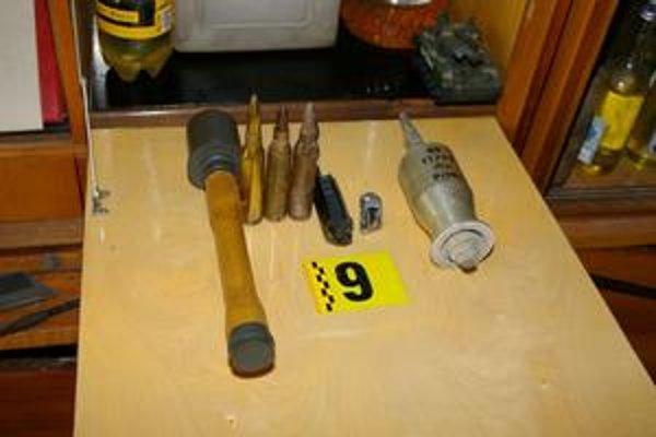 Nájdené. Polícia našla u staršieho z obvinených aj tieto veci.