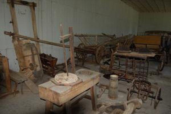 Zatvorené múzeum. Ukrýva grófske sane, poštový voz, sejačky, vozy a ďalšie predmety.