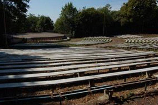 Amfiteáter chátra už niekoľko rokov. Jeho rekonštrukcia a revitalizácia lokality Hrádok sa odkladá.