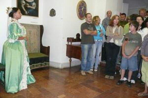Nočná prehliadka. Návštevníkov sprevádzala po chodbách grófka a jej komorná.