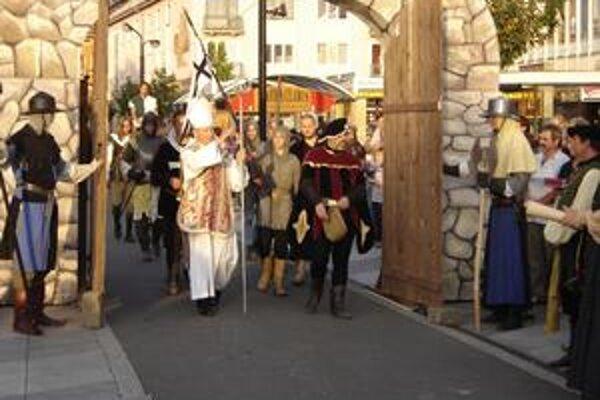 História. Do centra mesta sa dnes po stáročiach vráti šľachta, rytieri aj poddaní.