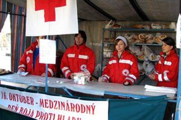 Pomoc núdznym. Do predaja sa zapájajú dobrovoľníci. Výťažok z neho pomôže núdznym.