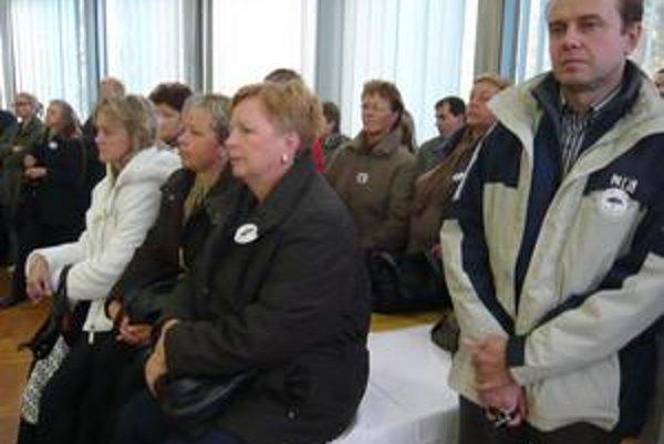 Sklamaní zamestnanci Chemlonu včera protestovali proti pozastaveniu výrobu a snažia sa bojovať o svoje výplaty. Budúcnosť vidia skôr čierne.