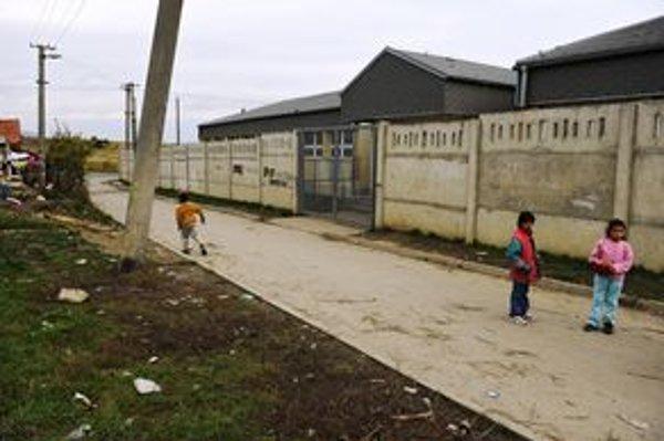 Múr pri sečovskej osade už roky chráni areál školy.