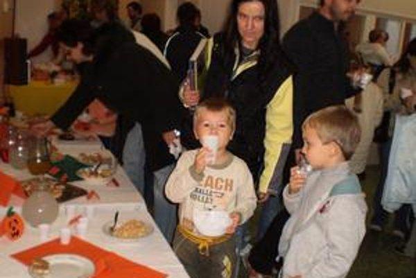 Svetový deň výživy. Šaláty, nátierky a ovocné nápoje ochutnávali deti priamo v škôlke.