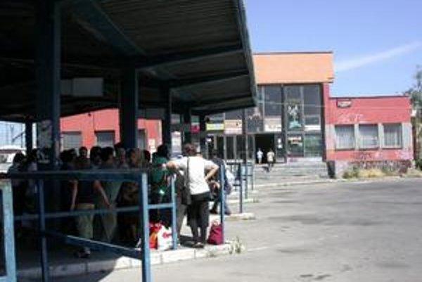 Areál autobusovej stanice. Pozemky vlastní dopravca, budovu mesto. Výsledok - budove chýba gazda.