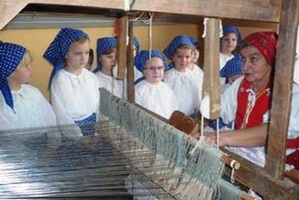 Tkáčka. Anna Harčariková z Dlhého nad Cirochou ukázala tkanie kobercov na starých krosnách.