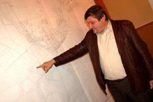 Starosta obce Gustáv Liszkai. Vysvetlil, že slnečné elektrárne môžu vyrásť pri obci až dve - väčšia z jednej a menšia z druhej strany obce.
