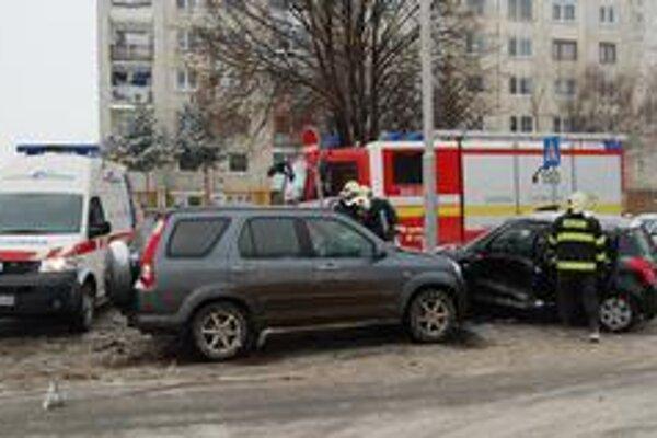 Miesto nehody. Zasahovali tu hasiči a dve sanitky.